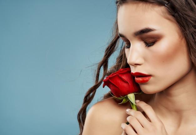 Donna attraente che indossa occhiali da sole spalle nude trucco labbra rosse