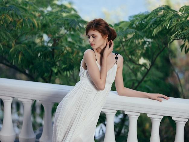 Attraente donna in abito bianco mitologia glamour modello di lusso
