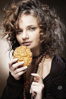Donna attraente con caffè e torta, da vicino