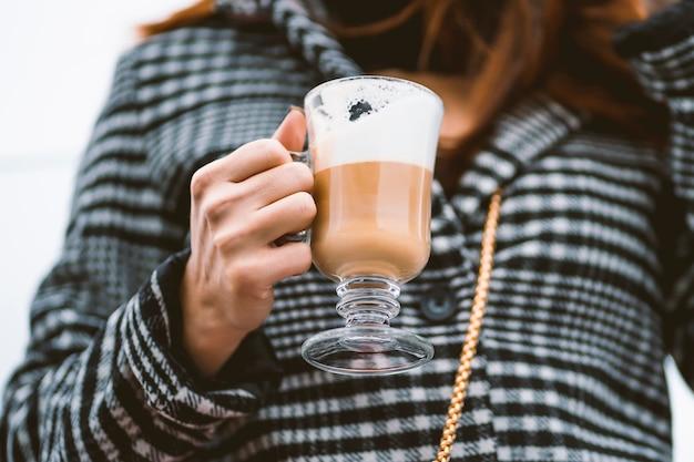 Donna attraente con una tazza di caffè in mano