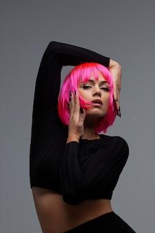 Donna attraente con capelli al neon rosa