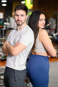 Attraente giovane coppia dopo l'allenamento in palestra.