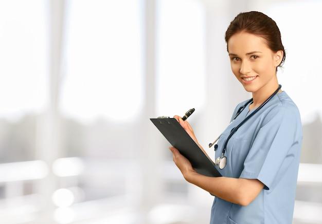 Attraente giovane dottoressa sullo sfondo