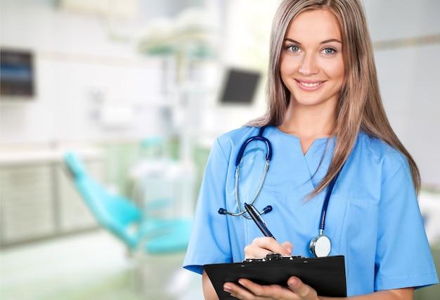 Attraente giovane dottoressa con interni sfocati dell'ospedale sullo sfondo