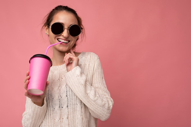 Attraente giovane donna bruna sorridente felice che indossa abiti eleganti di tutti i giorni