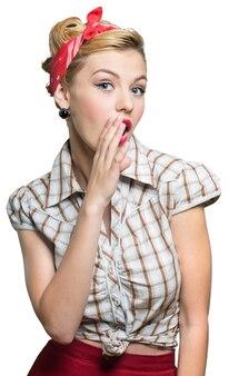 Attraente giovane donna sorpresa in posa su sfondo bianco