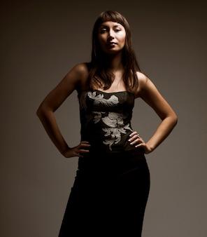 Attraente giovane donna in corsetto