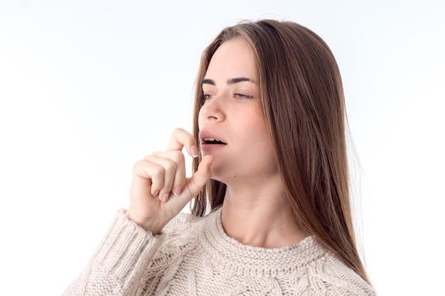 Attraente giovane donna si ammalò e tosse isolato su sfondo bianco