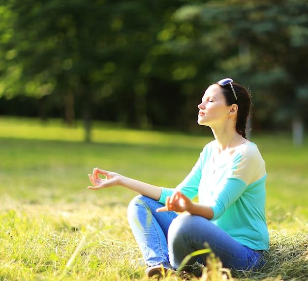 Attraente giovane donna nella posizione del loto