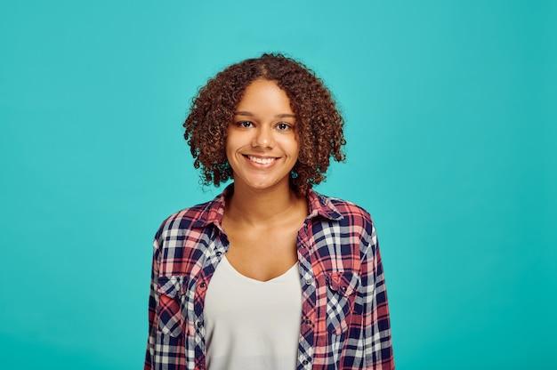 Ritratto di giovane donna attraente, muro blu, emozione positiva