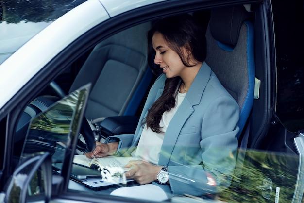 Attraente giovane donna che prende una pausa caffè donna d'affari di successo con notebook portatile e