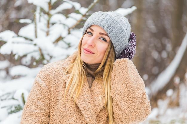 Attraente giovane donna nell'orario invernale all'aperto
