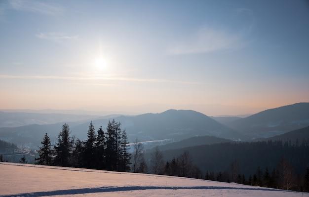 Atv e piste da sci nella neve in una gelida giornata invernale