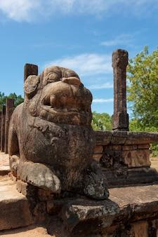 Sala delle udienze del re parakramabahu rovine nell'antica città pollonaruwa sri lanka