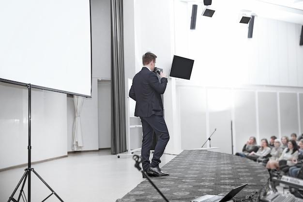 Il pubblico ascolta l'oratore nella sala conferenze. affari e istruzione