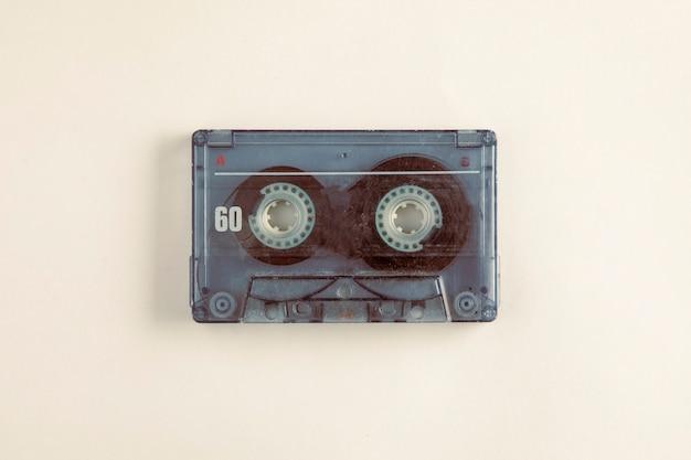 Cassetta audio con sfondo bianco concetto retrò e vintage