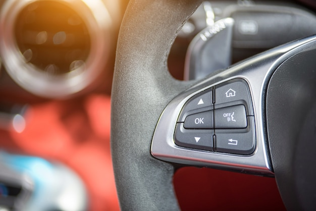 Tasti di controllo audio sul volante di un'auto moderna