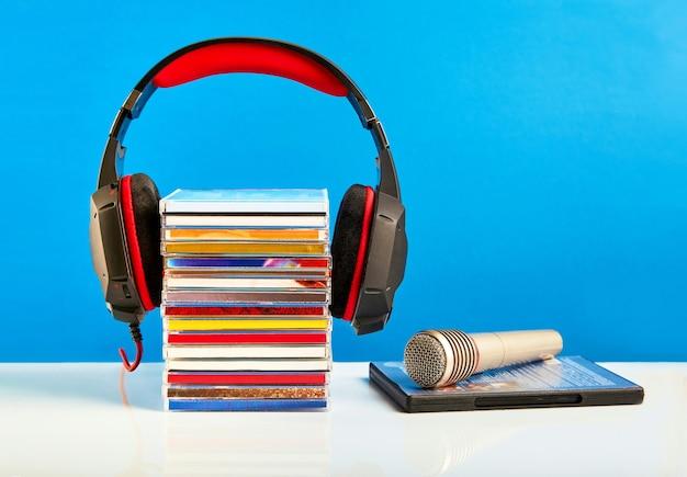 Microfono audio con cd su un tavolo di legno
