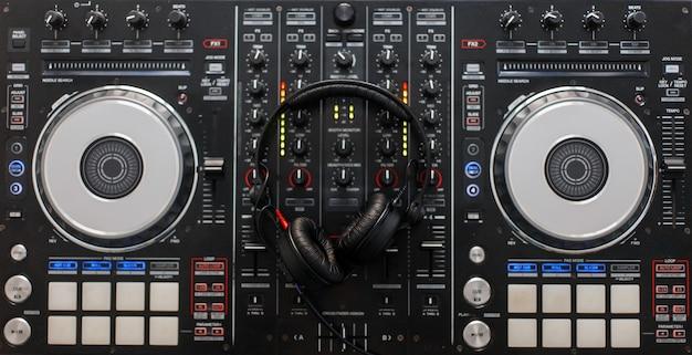 Controller di missaggio audio con cuffie professionali. strumenti per dj. vista dall'alto