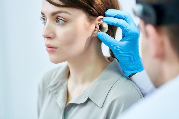 Audiologo examining ears