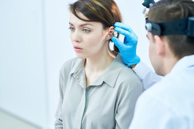 Audiologo examining hearing