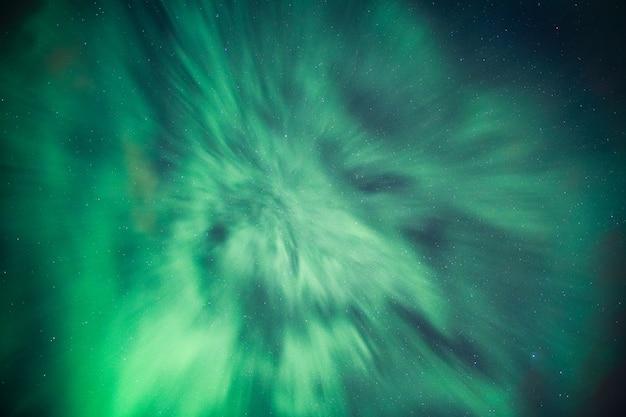 Aurora boreale, aurora boreale coperta nel cielo notturno sul circolo polare artico in norvegia