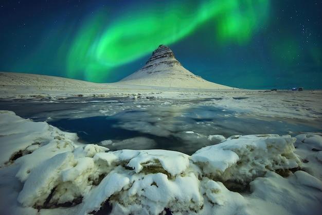 Aurora light sul monte kirkjufell di notte in islanda