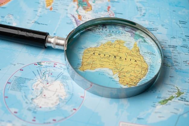 Australia, lente d'ingrandimento da vicino con mappa del mondo