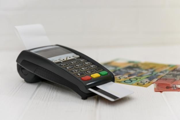 Banconote in dollari australiani con terminale e carta di credito