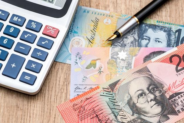 Calcolatrice del dollaro australiano su un tavolo di legno