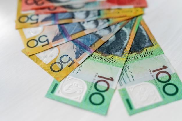 Dollari australiani a ventaglio sul tavolo di legno, primo piano