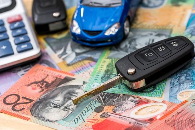 Sui dollari australiani ci sono auto, chiavi e calcolatrice