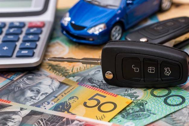 Sui dollari australiani ci sono macchina, chiavi e calcolatrice