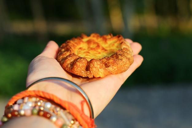 Autentici prodotti da forno careliani. torte di pasta di segale con ripieno di patate. primo piano nazionale del wicket dell'alimento.