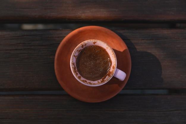 Autentica tazza di caffè turco di argilla sul tavolo di legno vista dall'alto laici piatta