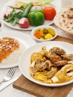 Autentica cucina iraqi. piatti tradizionali per cena araba in famiglia.