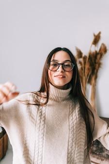Ritratto di stile di vita autentico di attraente giovane donna caucasica in occhiali da vista a casa