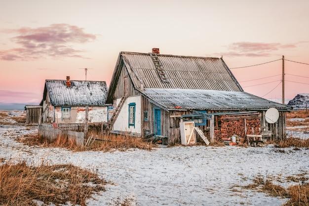 Autentico villaggio del nord, vecchie case di pescatori etnici, legna da ardere accatastata in pile. teriberka. russia.