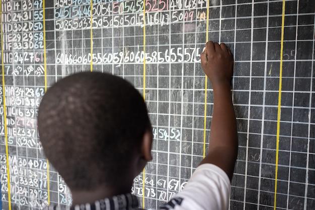 Autentica aula scolastica povera con bravi ragazzi che studiano