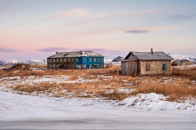 Autentico villaggio del nord della russia, vecchie case di legno fatiscenti, aspra natura artica. teriberka.