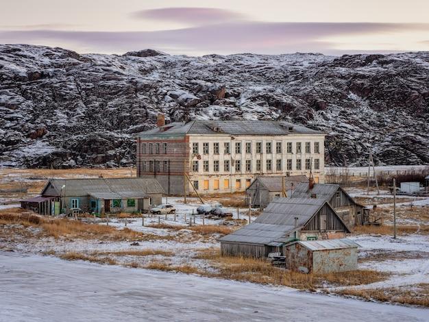 Autentico villaggio di teriberka nel nord della russia. la costruzione di una vecchia scuola abbandonata