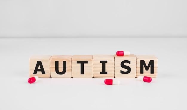 Autismo - parola da blocchi di legno con lettere, concetto di disturbo dello spettro autistico asd. concetto di business medico,