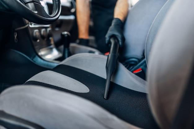 Dettagli automatici degli interni dell'auto sul servizio di autolavaggio.