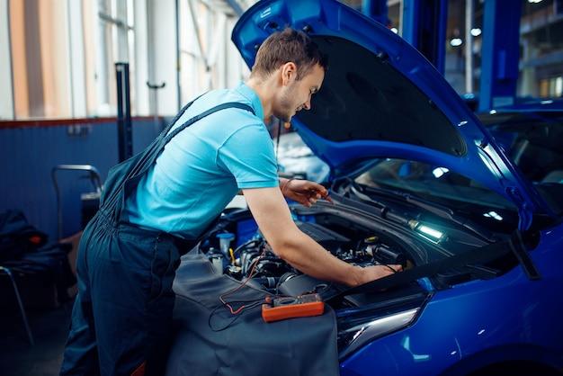 L'elettricista automobilistico controlla i circuiti elettrici