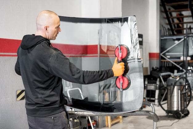 Riparazione e sostituzione vetri auto. foto di alta qualità