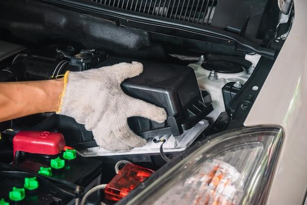 Meccanico automobilistico riparazione manutenzione filtro aria e ispezione auto