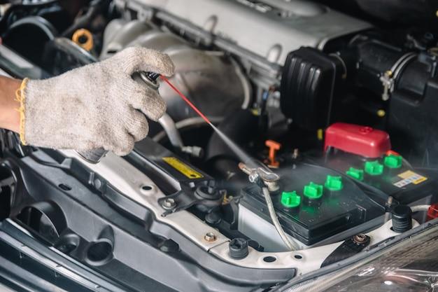 Meccanico auto riparazione manutenzione e ispezione auto pulizia batteria