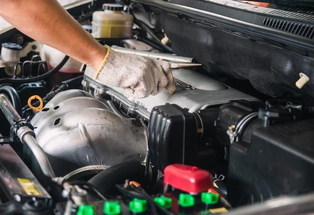 Meccanico di automobili riparazione manutenzione e revisione auto