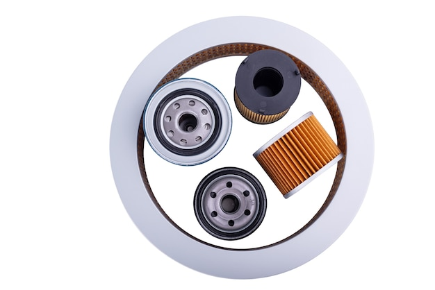 Accessori per ricambi auto: vista dall'alto del filtro olio, carburante o aria per auto motore isolato su sfondo bianco.