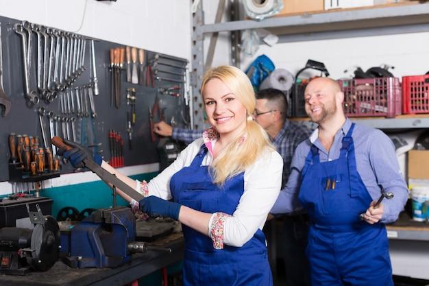 Squadra di assistenza automatica vicino a strumenti